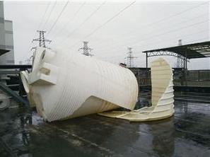 装有次氯酸钠的塑料桶破裂造成药品泄漏